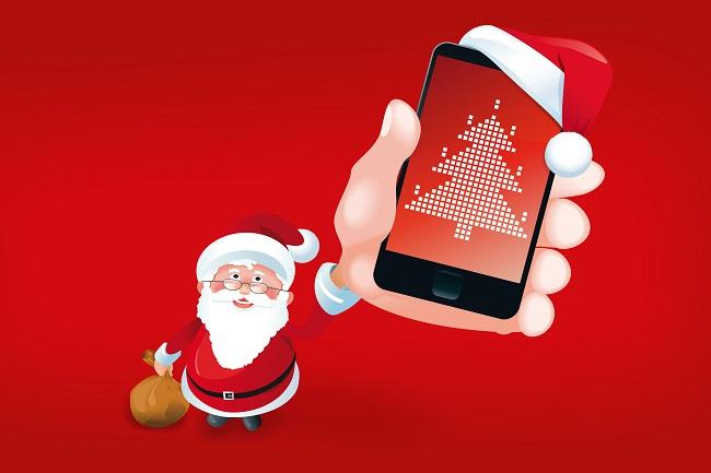 Weihnachtsmann zeigt Smartphone mit Mütze