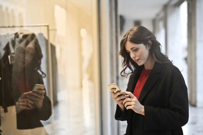Raport: Smartfon klienta w sklepie jak powierzchnia reklamowa, ale sprzedawcy korzystają z niej w niewielkim stopniu