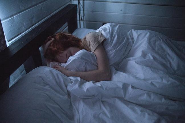 Naukowcy dowodzą, że wieczorne korzystanie ze smartfona może zaostrzać zaburzenia snu