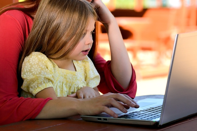 """Im młodsze dziecko, tym więcej czasu matka spędza na smartfonie – badanie """"Co robią w sieci ci, co mają dzieci?"""""""