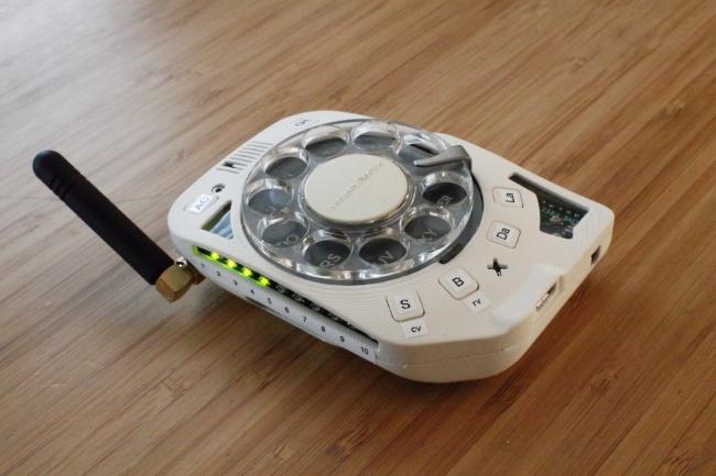 Projektantka stworzyła telefon komórkowy z tarczą numeryczną zamiast ekranu dotykowego